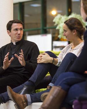 L'aumônerie de l'ICES est ouverte à tous les étudiants et encorage le dialogue entre prêtres et jeunes