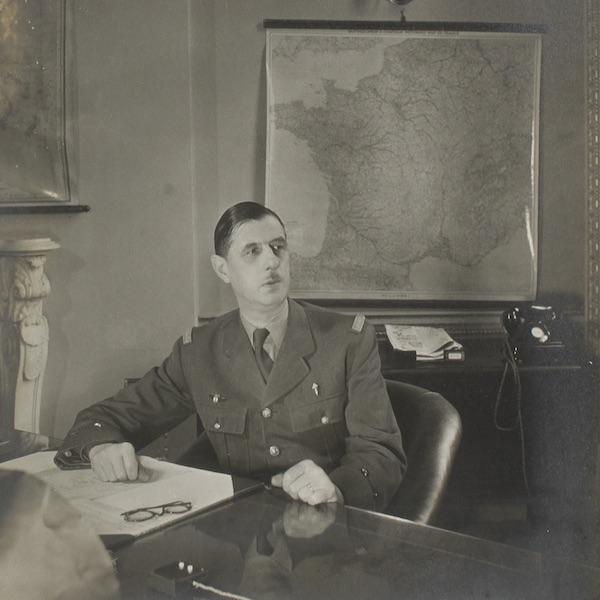 Le Général De Gaulle dans son bureau londonien de la France Libre